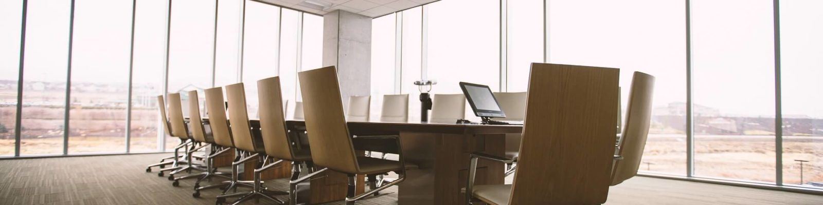 mesa-sillas-sala-de-reuniones